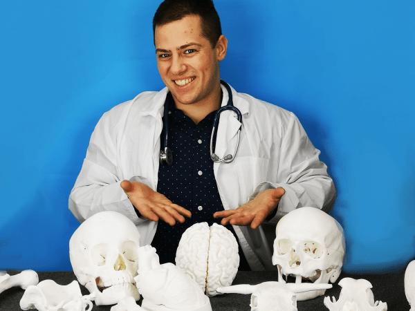 студент с анатомични модели на череп